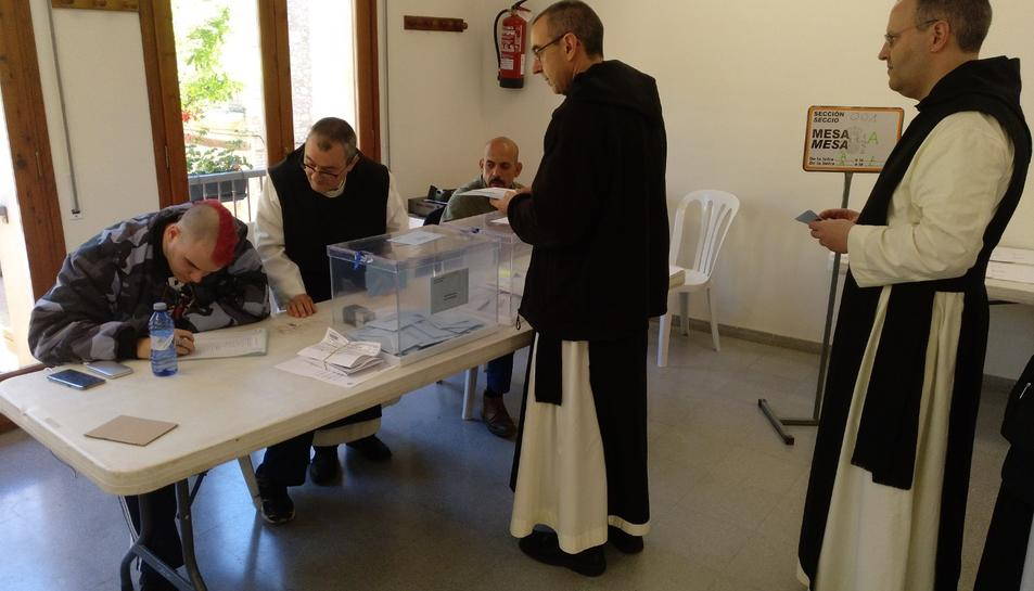 Imatge dels monjos votant.