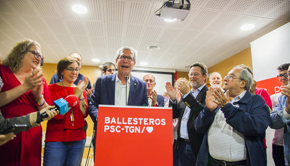 Josep Fèlix Ballesteros dirigint-se als militants i simpatitzants que van acudir a la seu del PSC a Ramón y Cajal.