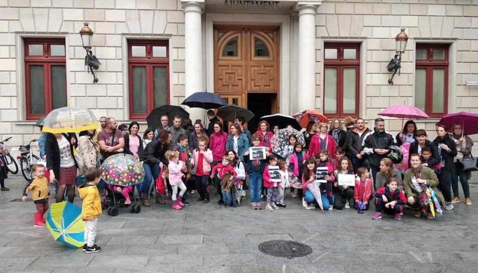La comunitat va concentrar-se davant l'Ajuntament.