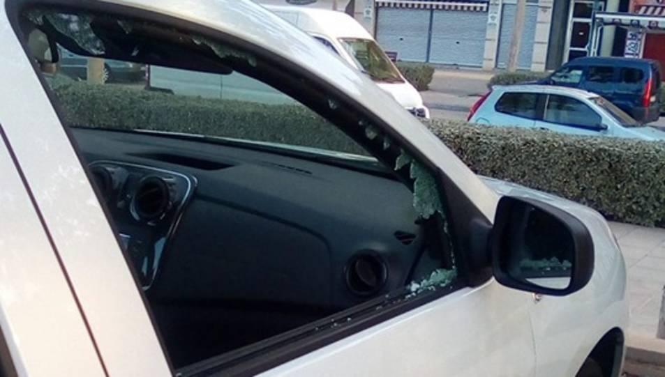Els autors han trencat un dels vidres laterals per accedit a l'interior.