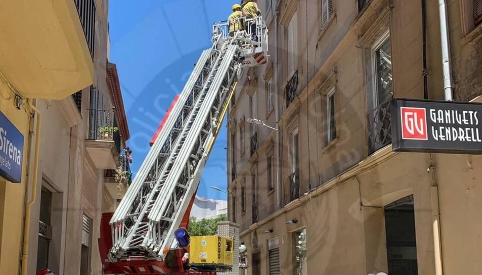 La Policia Local ha tallat el carrer Prat de la Riba per un despreniment.