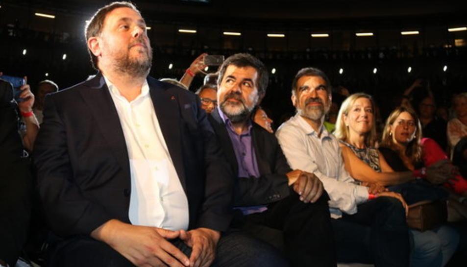 Imatge d'arxiu de Junqueras amb Jordi Sànchez, Jordi Cuixart i Neus Lloveras a l'acte unitari d'inici de campanya pel referèndum.