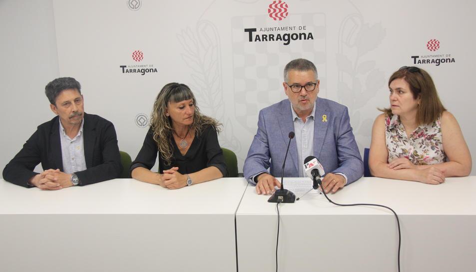 Pla mitjà de consellers d'ERC a l'Ajuntament de Tarragona, amb el cap de llista Pau Ricomà (amb el micròfon davant) fent declaracions.