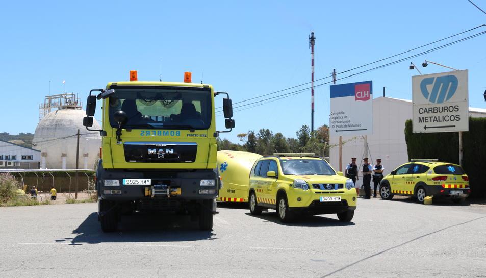 Pla general d'efectius de bombers i emergències davant la planta de Carburos Metálicos on s'ha produït un accident laboral mortal per una fuita d'amoníac en aquesta planta al polígon de la Pobla de Mafumet. Imatge del 31 de maig del 2019