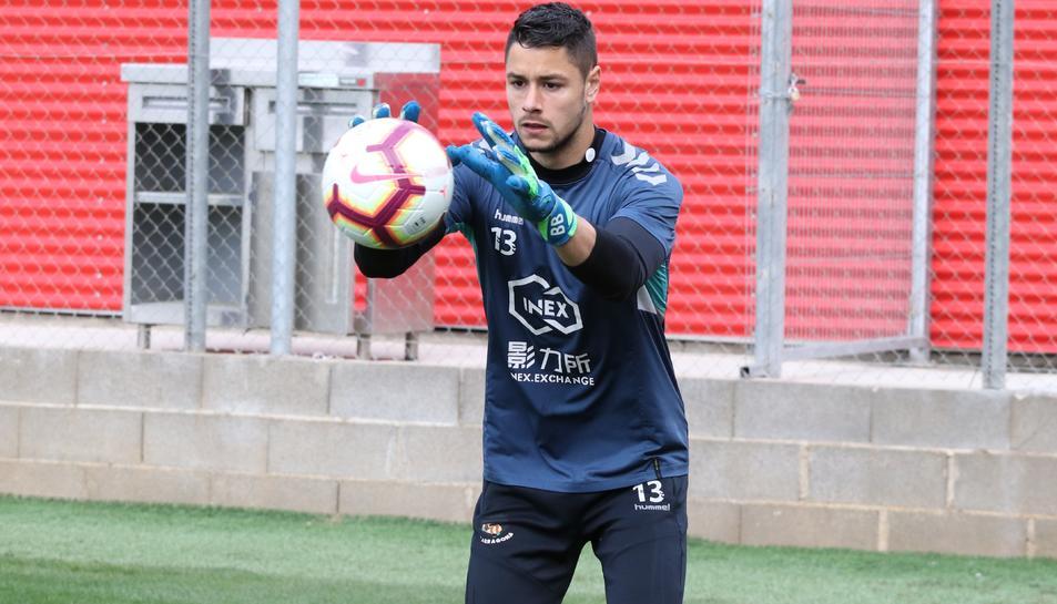 Bernabé Barragán, aturant una esfèrica durant un entrenament amb el Gimnàstic de Tarragona.
