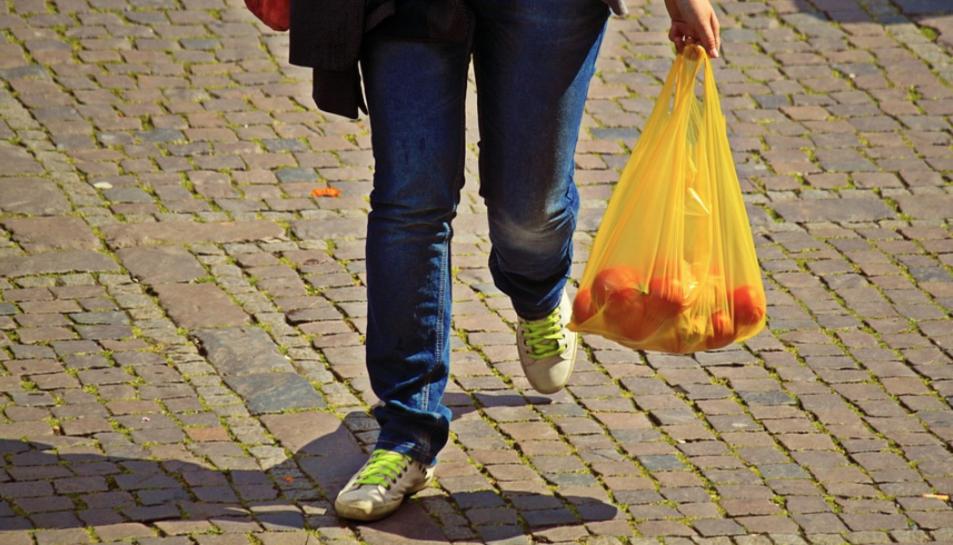 La campanya demana no comprar aliments embolcallats de plàstics d'un sol ús entre el 3 i el 9 de juny.
