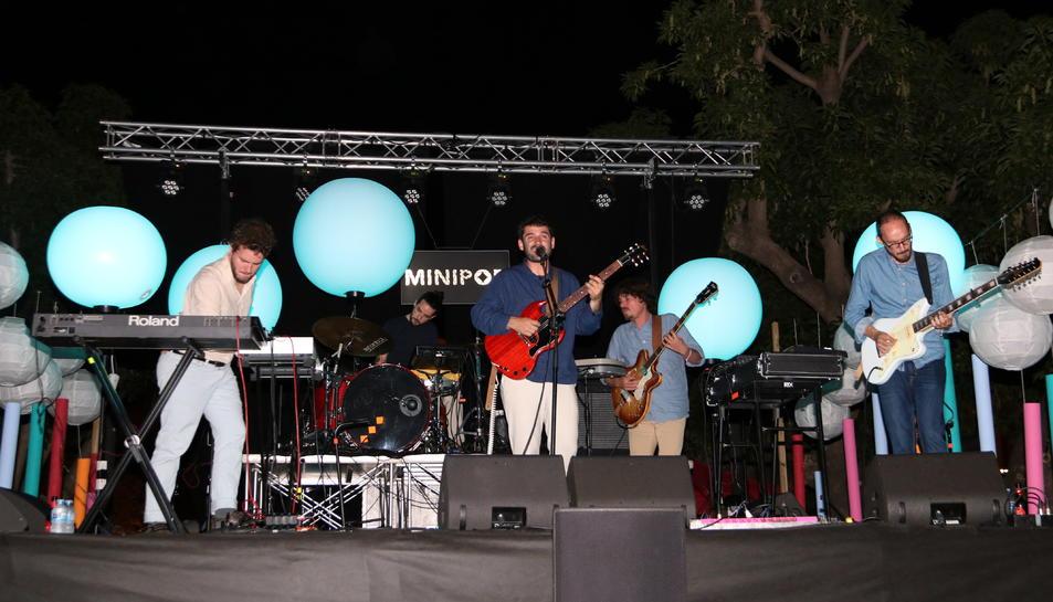 La formació de El Petit de Cal Eril actuant en la novena edició del Minipop.