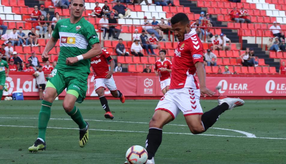 Luis Suárez, durant una acció del Nàstic-Elche que va finalitzar amb empat a tres gols al Nou Estadi.