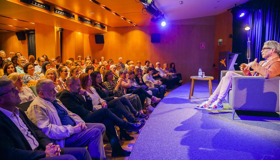 Izaguirre es va mostrar molt pròxim a un auditori que va seguir amb deteniment les explicacions que va donar de les seves novel·les.