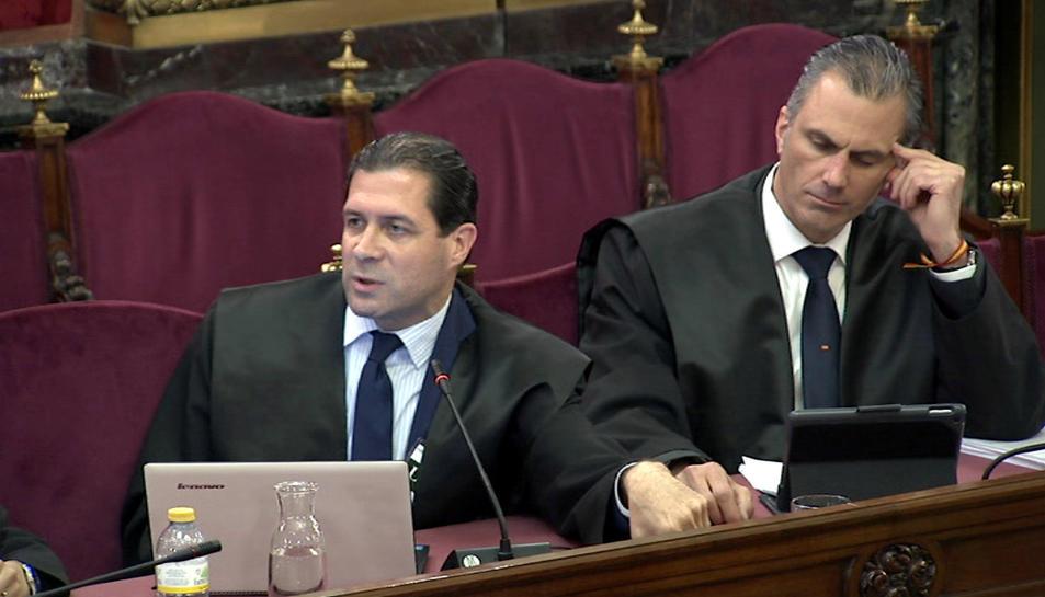 Imatge total dels lletrats de l'acusació popular de Vox, Pedro Fernández (esquerra) i Javier Ortega Smith, al Suprem.