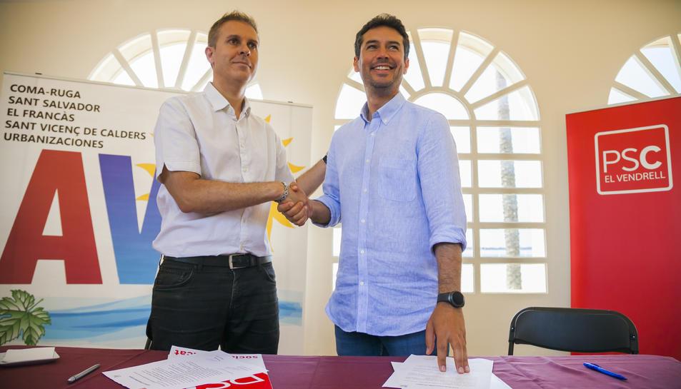 Kenneth Martínez (PSC) i Seve Galván (AVP-FIC) durant la signatura de l'acord.