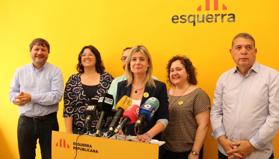 Els sis regidors d'ERC a Reus, després de les eleccions del 26-M, en roda de premsa al local dels republicans, amb la cap de llista Noemí Llauradó al centre, parlant de pactes postelectorals.