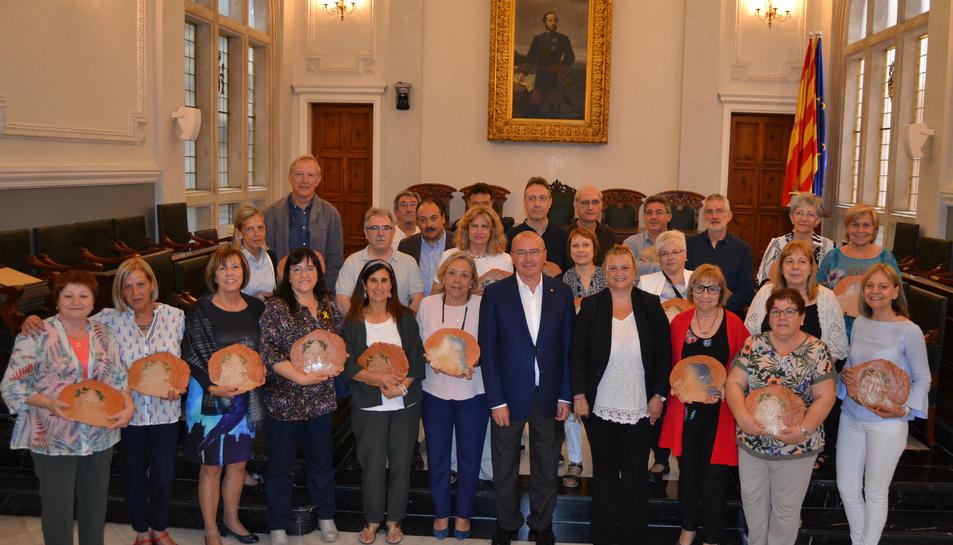 Els docents jubilats amb Carles Pellicer a l'Ajuntament de Reus.