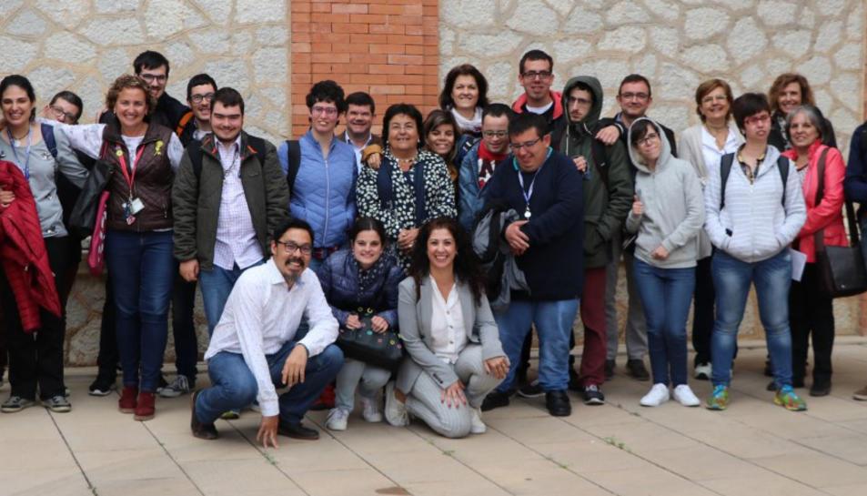 Els estudiants i professorat del curs Inserlab amb la rectora i responsables del CRAI.
