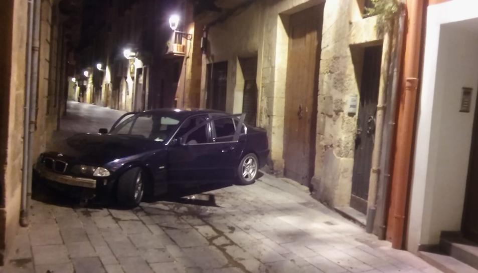 Imatge del cotxe accidentat amb les portes obertes i ningú a l'interior.