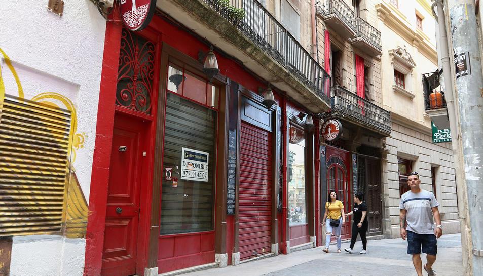 A la façana del Cafè de Reus penja ja un cartell que anuncia que el negoci està disponible.