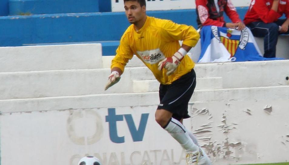Xavi Ginard intenta treure la pilota durant un enfrontament disputat amb la samarreta de l'Olot.