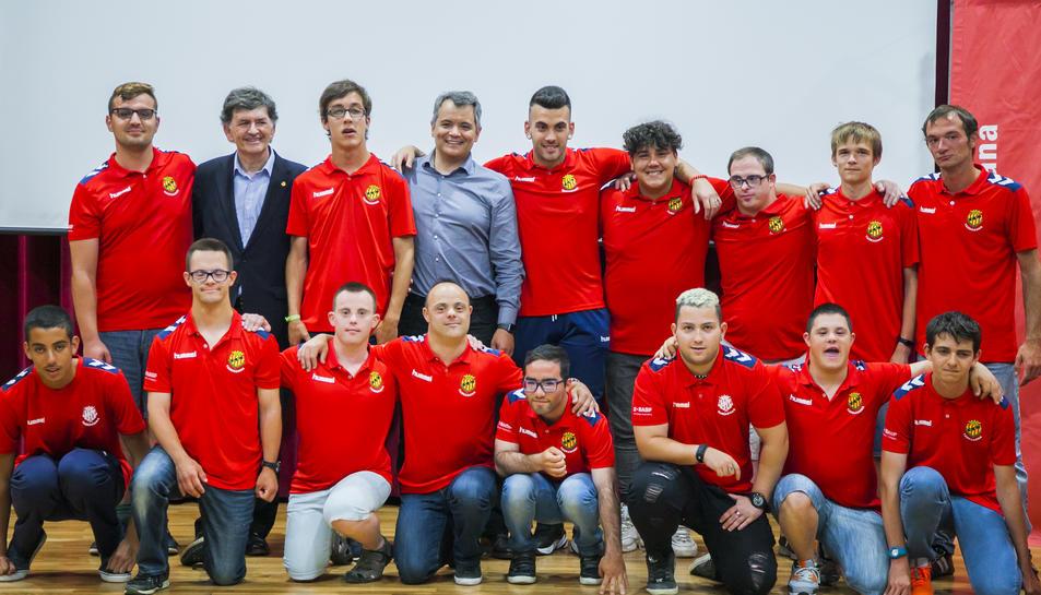 Els jugadors del Nàstic Genuine, amb el president del club grana, Josep Maria Andreu, durant l'acte celebrat avui.