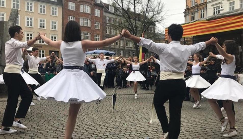 Membres de l'agrupació, ballant una sardana en una trobada que va tenir lloc a Dinamarca.