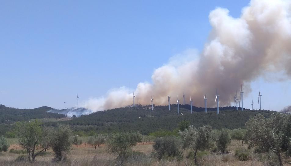 Imatge de la fumera d'un incendi a la Collada del Perelló.