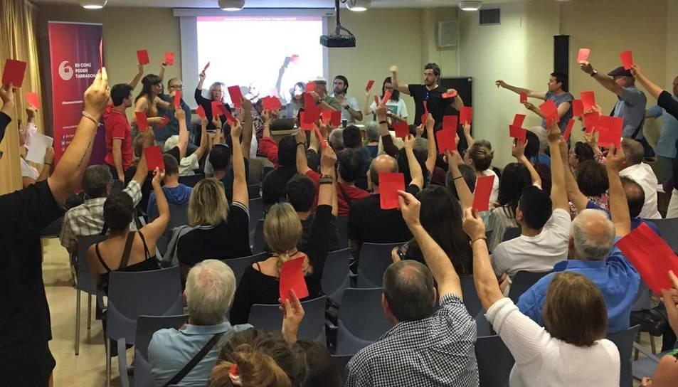 Els membres d'En Comú Podem durant la votació que acabarà fent Ricomà alcalde de Tarragona.