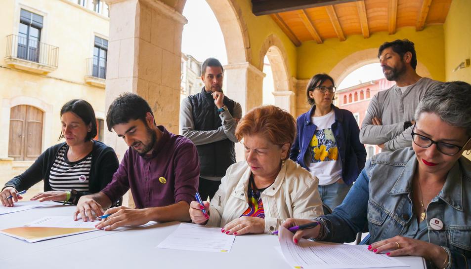 L'acord de govern, signat ahir a la plaça del Pou d'Altafulla, formalitza el pacte L'EINA-Ara-PSC.