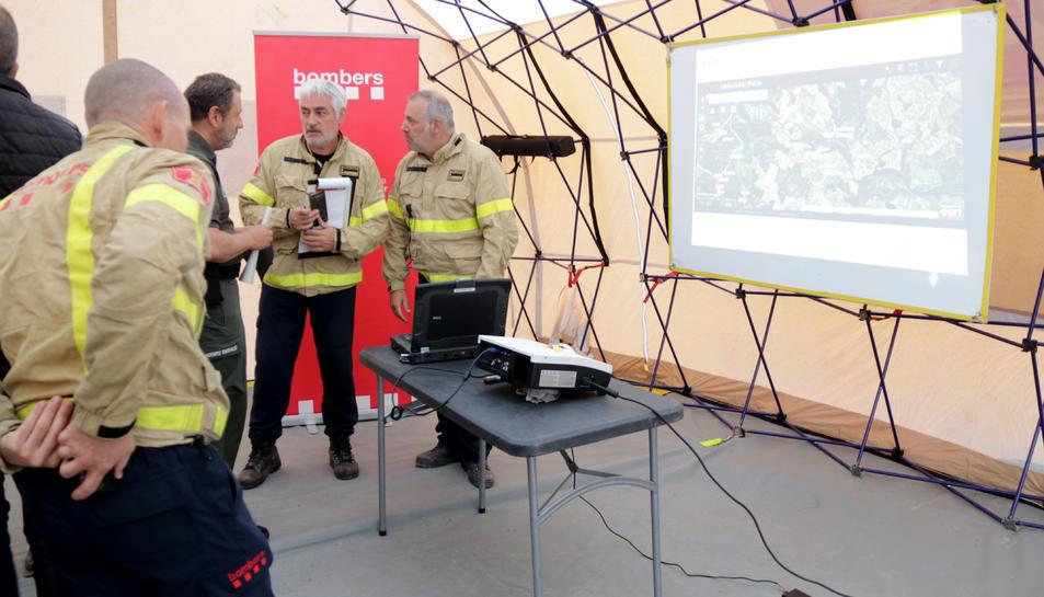 Pla general de la reunió de coordinació dels bombers a l'incendi del Perelló.