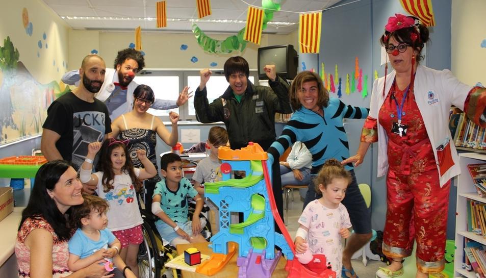 Els personatges del Club Super 3 Pau i Dan visiten els nens i nenes ingressats al Joan XXIII