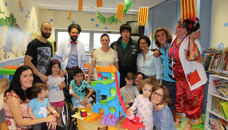 Els van acompanyar els palassos de Pallapupas, que col·laboren cada dimarts amb l'Hospital per treure un somriure als pacients
