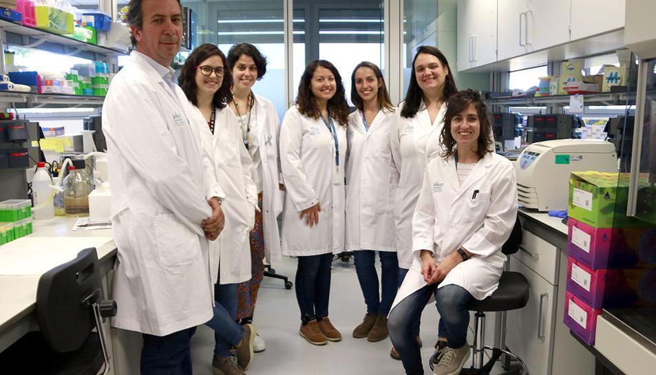 Les investigadores del Grup d'expressió gènica i càncer del VHIO i el doctor Joan Seoane, que n'és l'investigador principal, al laboratori.