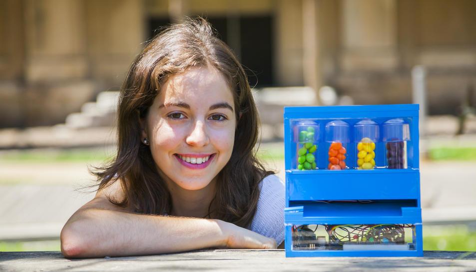 Claudia Valero amb el prototip de dispensador de pastilles que li ha fet guanyar el premi.