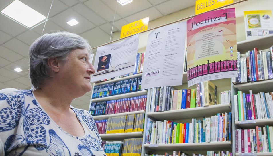 La Gertri a la llibreria Adserà de Tarragona, on s'hi mostra material promocional del festival.