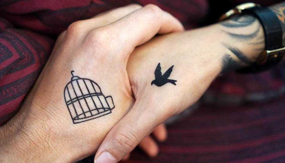 Una tatuatge petit a les mans.