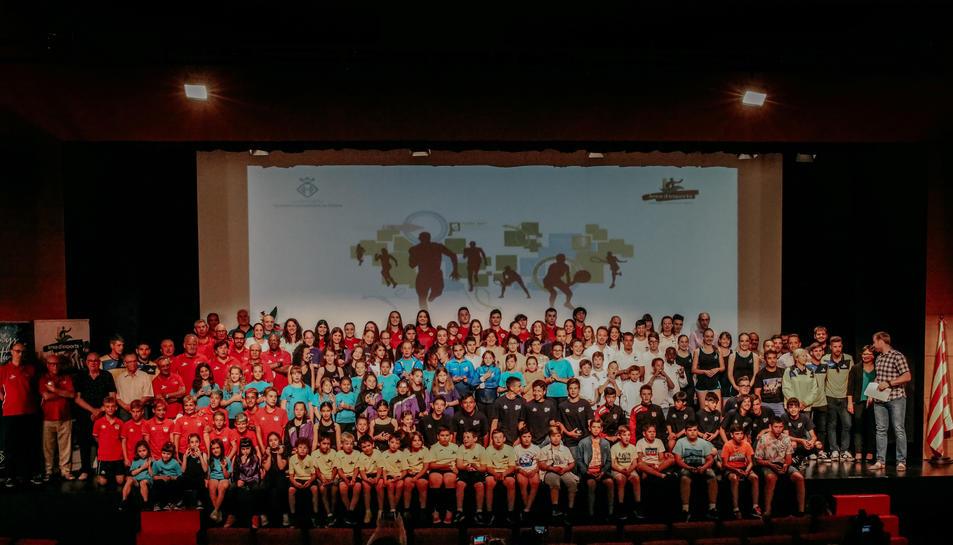 Fotografia de grup dels prop de 200 esportistes de Vandellòs i l'Hospitalet de l'Infant que han estat distingits pels seus èxits durant la temporada 2018-2019.