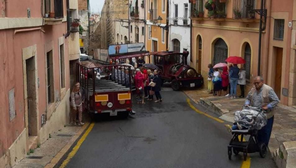 El trenet turístic ha fet tisora a l'alçada de la plaça de Sant Joan.