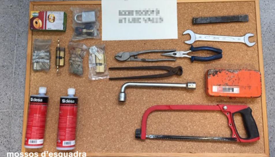 Imatge de les eines sostretes d'un vehicle a l'Espluga.