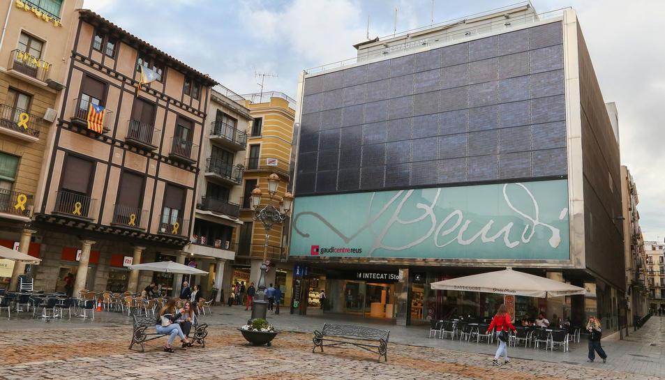 El restaurant del Gaudí Centre, ara inactiu, es localitza a la part superior de l'edifici.