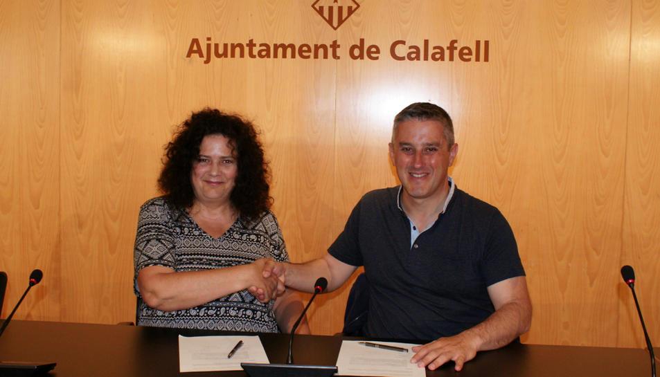 Pla obert de l'encaixada de mans entre la cap de llista d'En Comú Podem a Calafell, Isabel Bou, i l'alcaldable del PSC, Ramon Ferré, després de signar el pacte de governabilitat 2019-2023