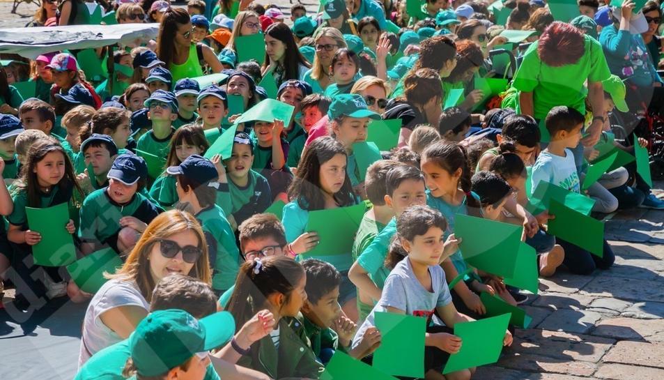 Més d'un miler d'escolars recreen la Víbria de Reus al Mercadal per dir «Hola Sant Pere!»