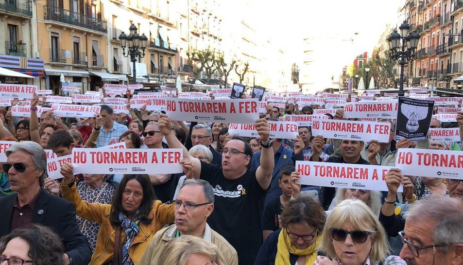 Els assistents han mostrat pancartes de 'Ho tornarem a fer'.