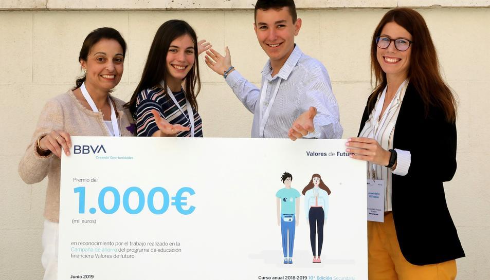Alumnes de l'IES Martí i Franquès amb la seva professora i la treballadora voluntària de BBVA que ha tutorizado su campaña de ahorro