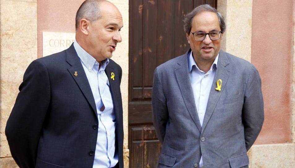 Pla mig del president de la Generalitat, Quim Torra, amb l'alcalde del Catllar, Joan Morlà, abans de visitar l'Ajuntament.