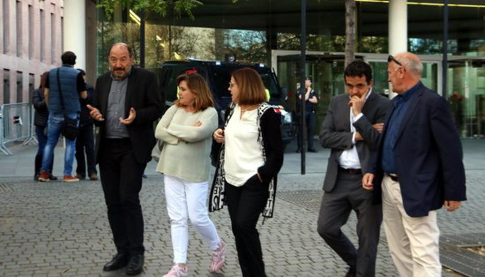 Imatge d'arxiu de Vicent Sanchis, Núria Llorach i Martí Patxot, amb companys de la CCCMA, sortint de declarar per l'1-O a la Ciutat de la Justícia.