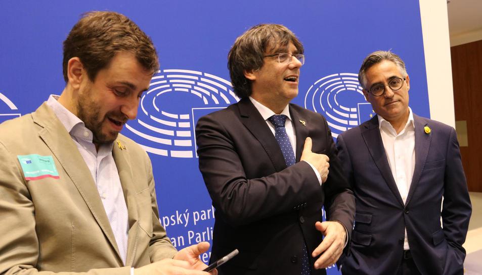 Pla conjunt de Toni Comín, Carles Puigdemont i Ramon Tremosa abans d'atendre els mitjans a l'Eurocambra