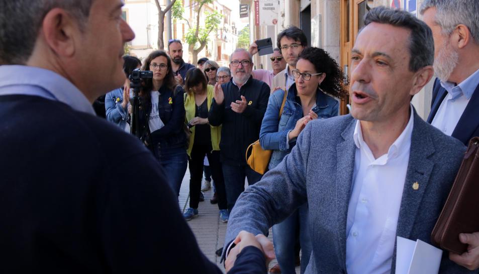 L'alcalde de Móra la Nova, Francesc Moliner, saludant l'alcalde de l'Ametlla de Mar i membre de l'executiva de l'AMI, Jordi Gaseni, a la sortida del jutjat de Falset.