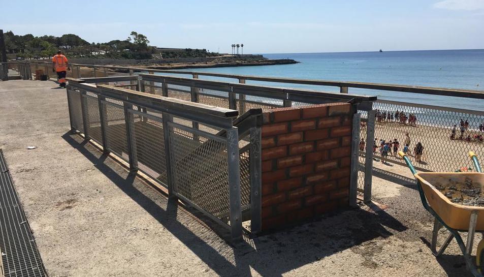 Imatge d'un accés tapiat de la platja del Miracle a la plataforma.