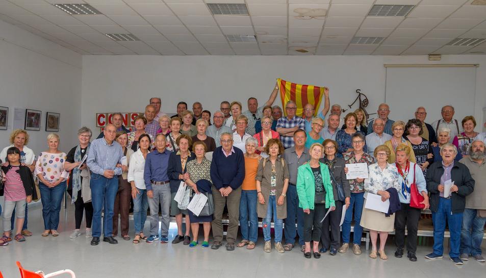 Fotografia de la família durant la cloenda del curs de les Aules Universitàries per a la Gent Gran de Constantí.
