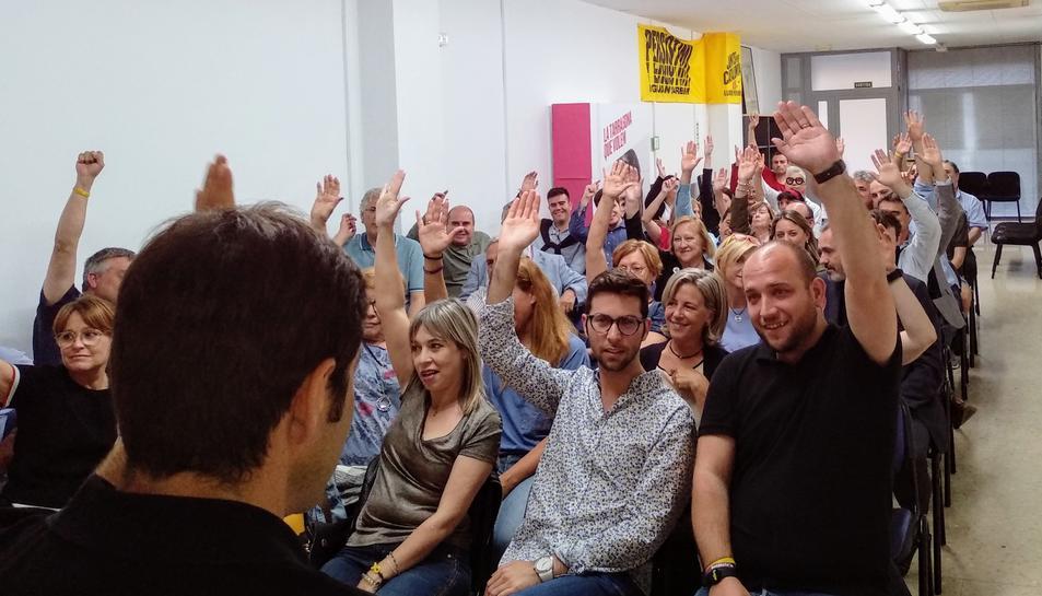 Els associats del partit van votar ahir dijous a mà alçada durant l'assemblea a la seu de l'avinguda Rovira i Virgili.