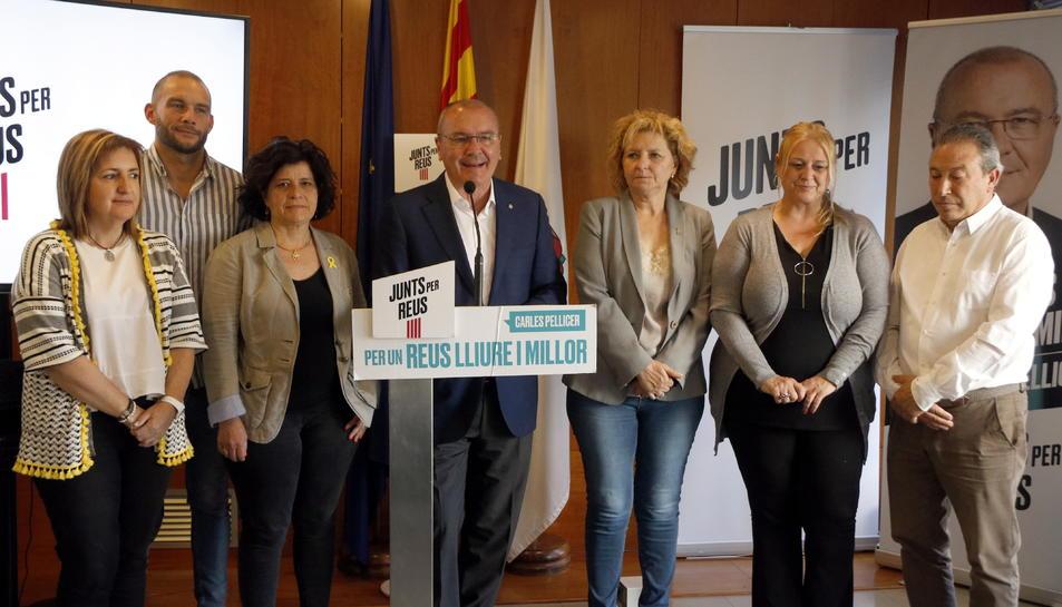 Pla mitjà del cap de llista de Junts per Reus, Carles Pellicer, en roda de premsa entre les regidores Montserrat Vilella i Teresa Pallarès.
