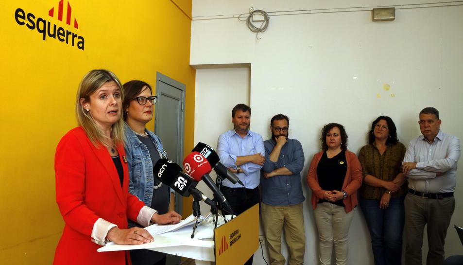 La cap de llista d'ERC a Reus, Noemí Llauradó, amb la cap de l'agrupació local i els altres cinc regidors electes al fons.
